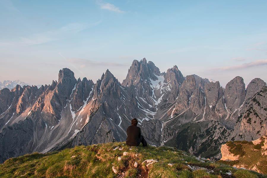 Paisaje de montañas con hombre de espaldas. Proceso de duelo